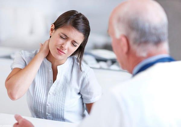 При боли в шее обязательно посетите хорошего невролога