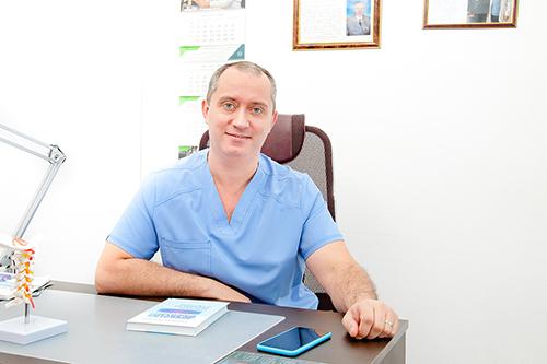 Доктор помогает избавиться от боли и вернуться к полноценной жизни