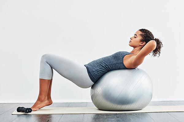 Упражнения на фитболе для спины:
