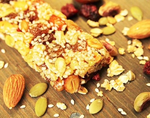 Сладкий батончик из орехов и сухофруктов (не протеиновый)