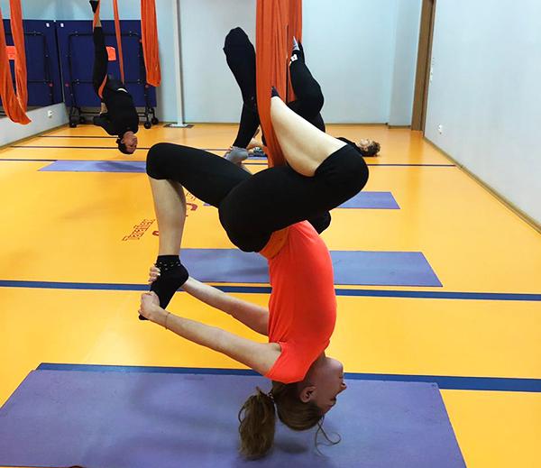 Асаны из йоги в гамаках