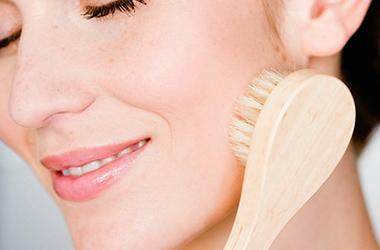 Массаж лица сухой щеткой (драйбрашинг): подтягиваем кожу в домашних условиях