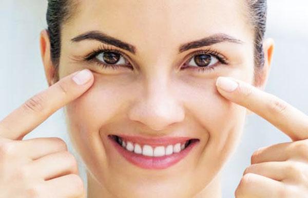 Ухаживайте за кожей вокруг глаз