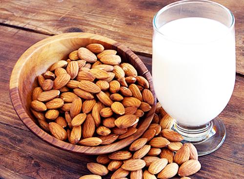 Миндальное молоко отлично насыщает и восстанавливает силы